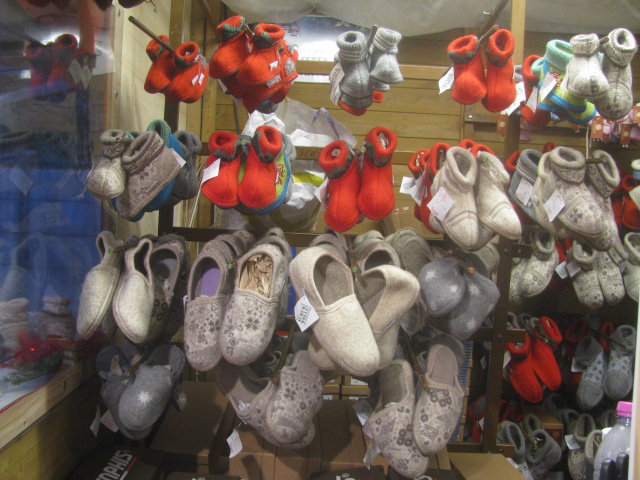 Warm red or gray little house shoes for cold kids' feet - All rights reserved incl. electr. Culinary Roots and Recipes 2016